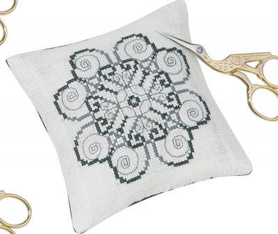 Permin Kits0034391 ~ Pincusion 2 Spirals ~ 26 count Linen