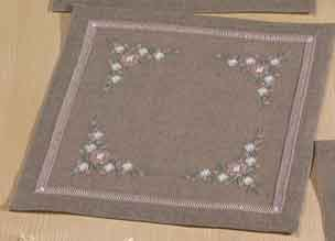 Permin Kits109630 ~ Flowers Tablemat ~ 26 count Linen