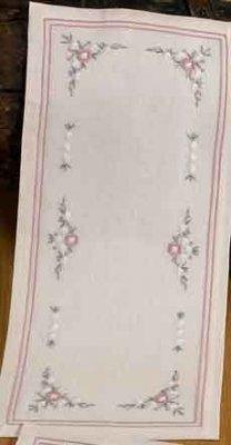 Permin Kits639616 ~ White/Rose Tablerunenr ~ 26 count Linen